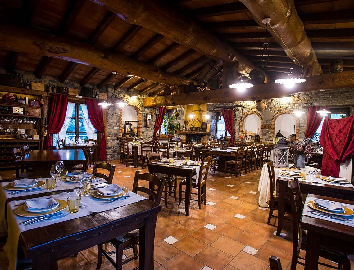 Il salone del ristorante a Badalucco